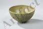 Bol du Longquan de forme lianzi décoré en incision sur la paroi extérieure de pétales de lotus sous couverte monochrome céladon. Chine. Dynastie Ming. 1368 à 1644. Ht 6cm x diam au col 13cm.