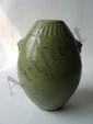 Vase ovoïde du Longquan sur base étroite sans col serti de deux anses moulés à masque de chimères et d'un décor géométriques incisés sous glaçure monochrome céladon. Chine. Dynastie Ming. 1368 à 1644.  Ht   22cm. Diam au col   5cm.