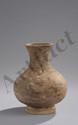 Vase de forme Hu en terre cuite grise décorée en pigments polychromes de motifs géométriques. Chine. Dynastie Han. 206 avant à 220 après JC. Ht 25cm x diam 10cm.