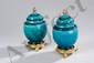 Paire de pots à panse ovoïde sur piédouche et couvercle oblongue en faïence monochrome turquoise. Tenon de préhension au couvercle et piètement de bronze doré.