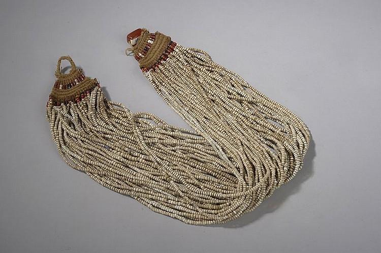 Collier Naga multirangs composé de perles blanches sur rafia. Nagaland. Inde du Nord. Ancien.