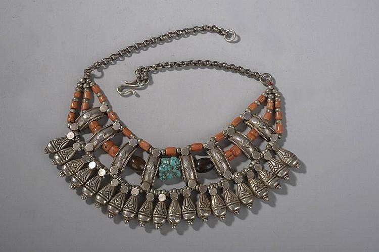 Pectoral à trois rangs en métal argenté pendeloques en forme de mangue et bagues verticales incorporant des coraux, agates et turquoise. Inde Rajasthan. Ancien.