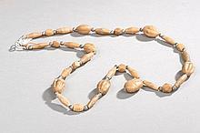Collier recomposé selon la tradition de perles d'agate et métal argenté. Inde.