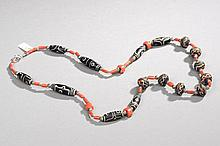 Collier recomposé selon la tradition de perles gzi en pate de verre,  corail et métal argenté. Mongolie.