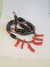Collier recomposé selon la tradition de perles gzi en pate de verre et corail branche séparées par des perles de métal argenté. Mongolie.