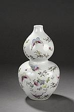Vase double gourde en porcelaine famille rose ornée en émaux polychrome sur la couverte de branches fleuries et papillons en vol. Chine. Dynastie Qing . Marque de l'Empereur Jia Qing. 1796 à 1828. Ht  24cm.