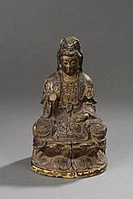 Le Boddhisattva Kwan Yin  assis sur une base lotiforme en méditation.  Bois doré. Chine. Dynastie Ming. 1368 à 1644.Ht  22,5cm x 13cm. Cassures .