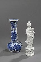 Lot comprenant un vase en porcelaine blanc bleu accidenté aux anses. Chine. 19 ème siècle. Ht 27cm x diam 7cm et une Kwan Yin en porcelaine blanc de chine. Ht  26cm .