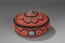 Coiffe ethnographique en perles de verre, turquoises somme d'un médaillon à incrustation. Ladakh.