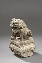Chien de Fô sur une terrasse quadrangulaire. Ce type d'animal chimérique se trouvait au sommet de colonne de granite destinée à attacher la sangle du cheval à l'arrêt. Chine. Dynastie Ming. 1368 à 1644. Ht  22cm x  11,5  x   11,5cm.