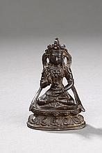 Buddha Sakyamuni prêchant la doctrine, paré et couronné assis sur sun socle à double rangées de pétales de lotus. Bronze. Chine. Dynastie Ming. 1368 à 1644.  Ht  10cm x  7 x   4cm.