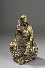 Sage taoïste assis au visage de vieillard hilare drapé dans une robe monastique et tenant dans sa main un reliquaire bouddhique en forme de pagode. Bronze. Chine. Fin 19 ème siècle.   19cm x 13 x  12cm.