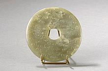 Disque Bi symbole du ciel à motifs archaïsants. Jadeïte verte translucide. Chine. Dynastie Qing.  Diam11cm.