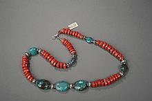 Collier recomposé selon la tradition de perles de corail, grosses turquoise himalayennes, métal argenté. Mongolie.