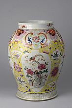 Potiche en porcelaine famille rose décoré en émaux polychrome sur la couverte de bouquets fleuris serti à l'épaulement de quatre anses zoomorphes à masque de tao Tié. Qing. Dynastie Qing. 19 ème siècle.