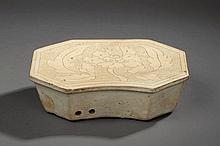 Repose nuque Cizhu octogonal en céramique décoré en incision d'une pivoine épanouie sous couverte monochrome blanc crémeux. Chine. Dynastie Yuan. 1271 à 1368. . 25,5x15,9x7,6cm.