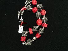 Collier recomposé selon la tradition de perles de corail , cristal de roche et métal argenté.  Tibet.