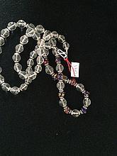 Collier recomposé selon la tradition de perles de cristal de roche, pate de verre de Venise et métal argenté.  Tibet.