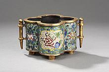 Brûle parfum quadripode à paroi droite polylobée serti de deux anses latérales.  Bronze et émaux cloisonnés.  Chine.  Dynastie Qing.