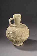 Verseuse à panse globulaire, anse de préhesnion reié à un col conique moulé d'un décor aux palombes en céramique moulé monchrome.  Perse.  17cm.  Restuarations.