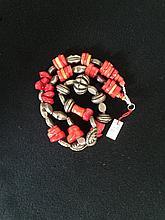 Collier recomposé selon la tradition de perles de corail et métal argenté.  Mongolie.