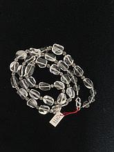 Collier recomposé selon la tradition de perles de cristal de roche et métal argenté.  Tibet.