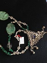 Collier recomposé selon la tradition de perles de turquoise, cristal de roche et métal argenté terminé par une pendeloque triangulaire.  Cachemire.
