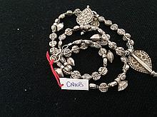 Collier recomposé selon la tradition de perles de métal argenté serti de pendeloque et talisman.  Inde.  Radjasthan.