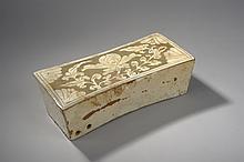 Repose nuque cizhu de forme quadrangulaire en grès porcelaineux décoré en incision dans une glaçure crème sur fond gris d'une pivoine épanouie sur une branche et d'écoinçons aux angles.  Chine.  Dynastie Yuan.  1271 à 1368.  Fel et manque de glaçure.