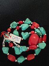 Collier recomposé selon la tradition de perles de turquoise, corail et  métal argenté.  Tibet.