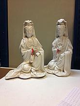 Deux Kwan yin en porcelaine blanc de chine de Dehua.  Chine.  Dynastie Qing.  19 ème siècle.  Petit accident à chacune d'elle à une main.