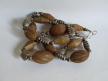 Collier ethnographique recomposé selon la tradition de perles d'agate et métal argenté. Mongolie.