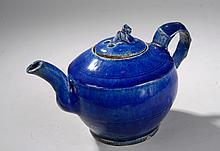 Théière globulaire à fond plat et couvercle à tenon zoomorphe en céramique à glaçure monochrome bleu de cobalt. Chine. Dynastie Qing. 19 ème siècle.  12,5cm.