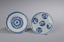 Quatre coupelles en porcelaine bleu et blanc. Chine. Trois  d'époque Qing, Période Kangxi  et une de la dynastie des Ming.  Diam 10 à 13cm. Restauration à l'une et usure de glaçure.