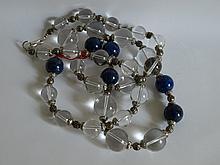 Collier ethnographique recomposé selon la tradition de perles sphériques de cristal de roche,  lapis lazuli et métal argenté. Cachemire.