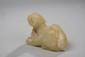Chien figuré couché. Jade veiné de miel. Chine. Dynastie Qing. 19 ème siècle.  Ht 5cm. 10cm.