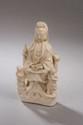 Le Boddhisattva Kwan yin assis en méditation vêtu de sa robe monastique accompagné de deux attendants en porcelaine blanc de Chine de Dehua. Chine. Dynastie Qing. 18 ème siècle. 21cm. Petits manques.
