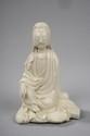 Kwan Yin assis en délassement royale vêtu de sa robe monastique. Porcelaine de Dehua dites blanc de Chine. Province du Fujuan. Chine. Dynastie Qing. 13cm. Marque d'atelier au dos.