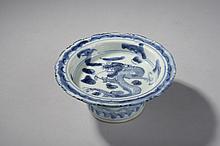 Coupelle sur piédouche   décorées en bleu cobalt sous couverte d'un dragon et motifs floraux. Chine. Dynastie Ming 1368 à 1644.  Diam 13 ht 5,7cm.