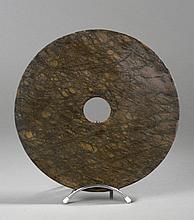 Disque Bi symbole du ciel. Jadéite brute veinée. Chine. 31cm