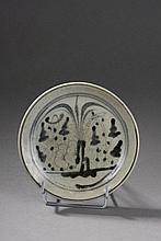 Deux assiettes en porcelaine blanche décoré en bleu cobalt sous couverte de fleurs aquatiques stylisées. Chine. Dynastie Ming. 1368 à 1644. Ht 17 cm