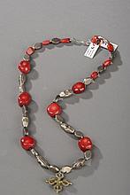 Collier recomposé selon la tradition de perles de corail, argent terminé par une pendeloque d'un objet rituel double vajra. Tibet.