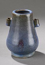 Vase Junyao de forme Hu en épais grès porcelaineux à glaçure monochrome bleu lavande tacheté de pourpre. Chine. Dynastie Ming. 1368 à 1644. Ht   15cm. Diam au col   6cm.