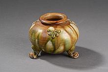 Petite urne globulaire tripode à patte de tigre moulée de médaillons floraux en terre cuite à glaçure sançaï dites trois couleurs. Chine. Dynastie Tang. 618 à 907.