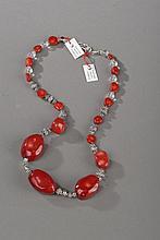 Collier recomposé selon la tradition de perles de corail, métal argenté et cristal de roche. Tibet.