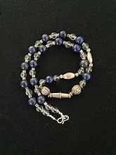 Collier recomposé selon la tradition de perles de lapis lazuli, cristal de roche et métal argenté. Afghanistan.