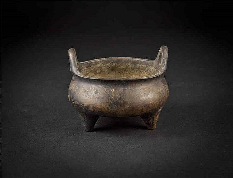 Qing Bronze Tripod Censer (Xuande Mark) 清铜香炉(大明宣德年制) 高 (Height): 7.3cm 宽(Width):12.2cm