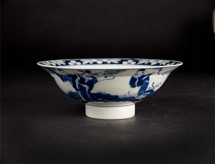 A blue & white dish with an everted rim, decorated on one side of the exterior with a scene of the immortals and on the other side a solitary bat; high foot ring, Qing dynasty. 清光绪青花人物碗