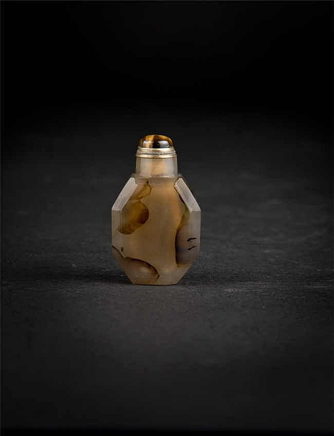 A brownish octagonal agate snuff bottle with matching coloured stopper; Qing dynasty 清玛瑙多边形鼻烟壶