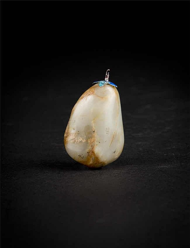 A nephrite jade pebble snuff bottle in grey and russet hues; Qing dynasty 清 和田白玉挂红皮随形鼻烟壶